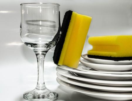 Ein Glas Wein, zwei Schw�mme und gewaschen Gerichte auf wei�em Hintergrund Lizenzfreie Bilder