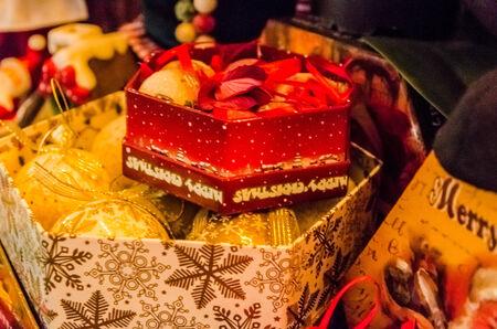 Weihnachts-Boxen mit Weihnachtsschmuck Nahaufnahme Lizenzfreie Bilder