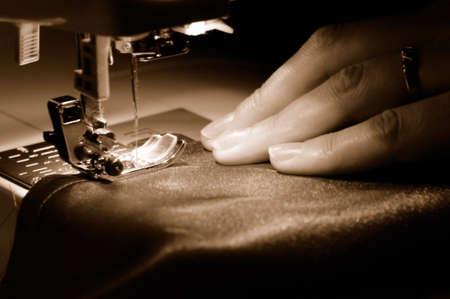 n hmaschine: Ein Material auf die N�hmaschine zu n�hen