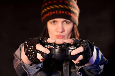 verdunkeln: Frau gamer mit Joystick auf dunkler Hintergrund