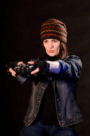 verdunkeln: Frau gamer mit Joystick auf Hintergrund abdunkeln