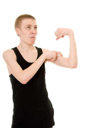 hombre flaco: divertida muestra del b�ceps flaco adolescente aislado sobre fondo blanco