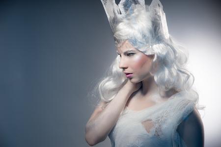 corona de reina: Invierno de la mujer de belleza. Navidad Makeup.Winter reina de la muchacha con la nieve y el hielo de la corona.