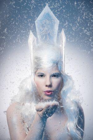 冬の美しさの女性。クリスマスの女の子 Makeup.Winter クイーン雪と氷冠を持つ。