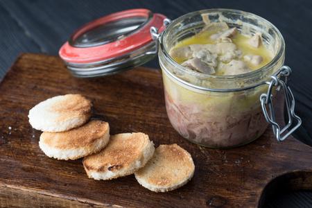 Canard Foie gras 토스트 한 빵 조각으로 오리 또는 거위의 간으로 만든 페이트