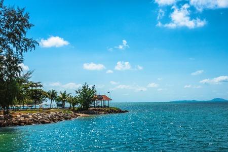 Old wooden terrace on the shore of a tropical beach  at island Koh Phangan, Thailand 版權商用圖片