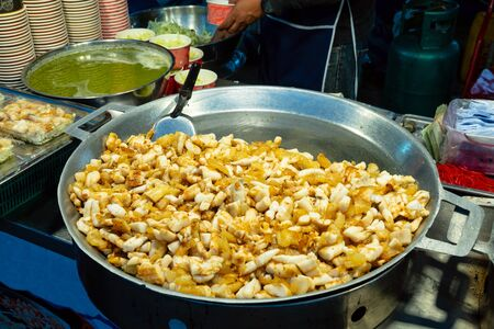 Fried noodles in a wok with chicken and shrimp on the open fire, Thailand street food. Stockfoto