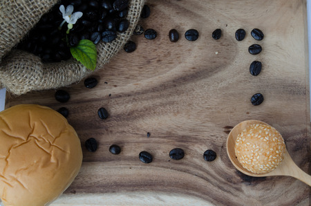 jessamine: chicco di caffè in sacco con Orange Jessamine su fondo in legno