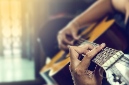 클래식 기타에 사람의 손