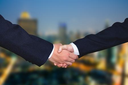 pacto: La gente de negocios apretón de manos acertado de cerrar un acuerdo