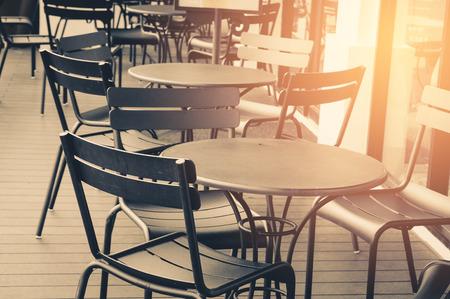 fuente de proceso de tono vintage de cafetería y grupo de silla
