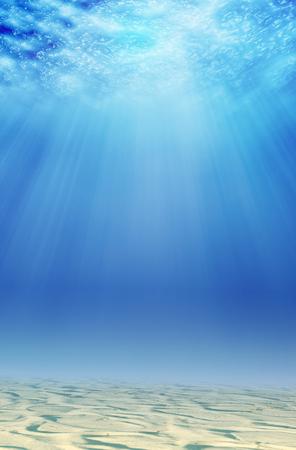 fondali marini: Sfondo subacqueo con la sabbia e la luce del sole