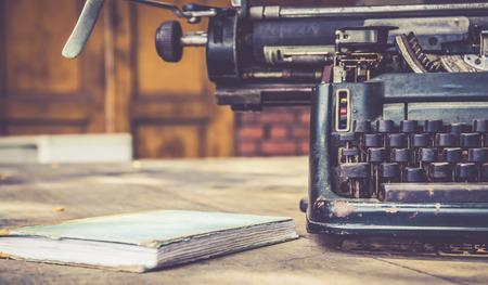 ビンテージ: タイプライター ビンテージ レトロ スタイルのクローズ アップ