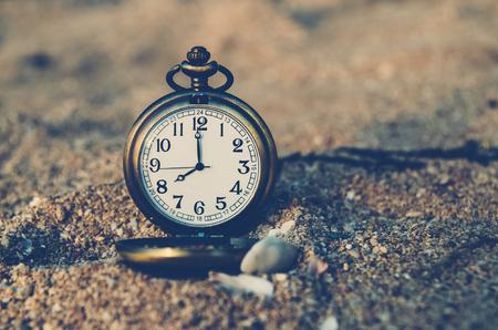 numero diez: Reloj de bolsillo vintage en la playa de arena