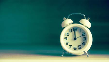 레트로 테이블에 알람 시계입니다. 레트로 컬러 이미지 스타일의 사진