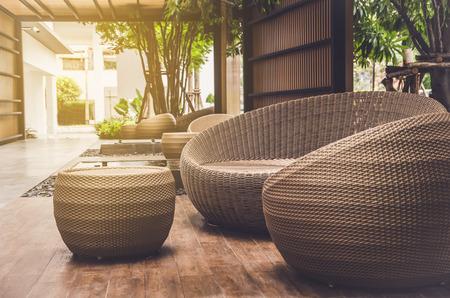 屋外の家具籐アームチェア、テラス テーブル 写真素材 - 84596531