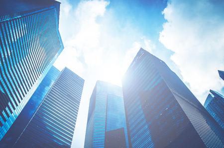 Nowoczesne wieżowce biznesowe, wieżowce, architektura wznosząca się do nieba, słońce. Pojęcia finansowe, ekonomiczne, przyszłości itp.