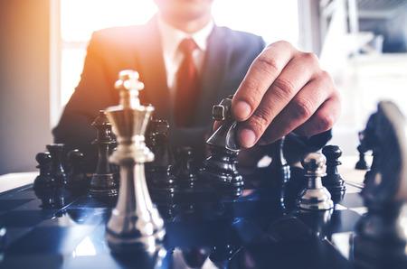 Detail einer Hand, die den ersten Zug in einem Schachspiel macht und den Bauern ein Feld vorwärts bewegt. Selektiver Fokus