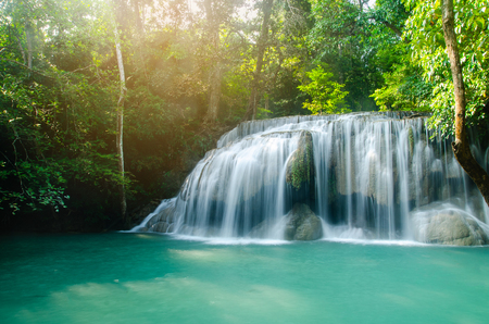 cascata nella foresta profonda, thailandia