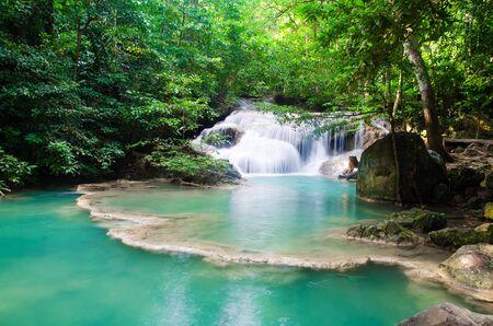 cascade dans la forêt profonde, thaïlande