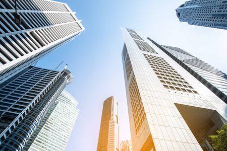 Gratte-ciel d'affaires modernes, immeubles de grande hauteur, architecture s'élevant vers le ciel, soleil. Concepts de finances, d'économie, d'avenir, etc.