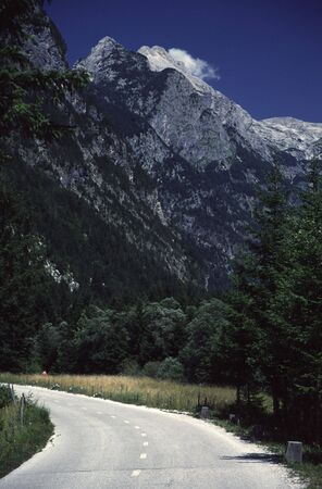 Road Leading into Mountains Imagens