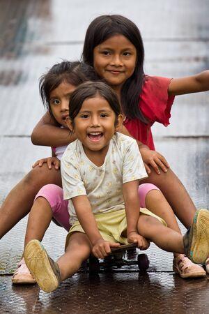 indio americano: Puyopungo, Ecuador - 7 de enero de 2012 - Un grupo de niñas indígenas quichuas que se divierten El quichua es el más grande de los grupos indígenas de América del Sur India