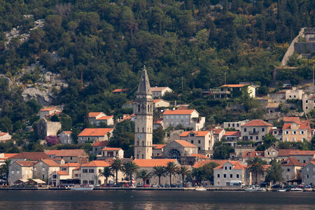 ブドヴァ、モンテネグロ、南東ヨーロッパのアドリア海に沿って小さな海岸沿い町の眺め