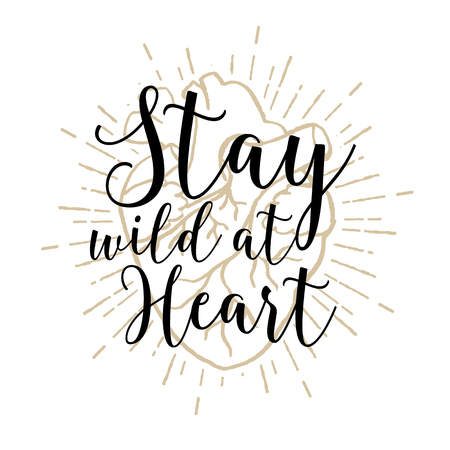 corazon en la mano: Dibujado a mano cartel romántico con el corazón humano y las letras inspirador. Manténgase salvaje en el corazón.