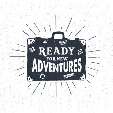 """Ręcznie rysowane teksturowane rocznika etykiety, retro znaczek z ilustracji wektorowych i walizki """"gotowy na nowe przygody"""" literami."""