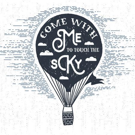 """Dibujado a mano la etiqueta de la vendimia con textura, placa retro con la ilustración vectorial globo de aire caliente y """"Ven conmigo a tocar el cielo"""" letras de inspiración. Ilustración de vector"""