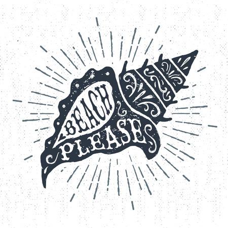 """Hand getrokken vintage etiket, retro badge met geweven kroonslakzeeschelp vector illustratie en """"Strand please"""" belettering. Vector Illustratie"""