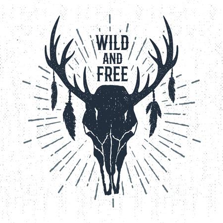 """Etiqueta tribal dibujado mano con el ejemplo del vector del cráneo de los ciervos texturizados y letras inspiradoras """"salvajes y libres""""."""