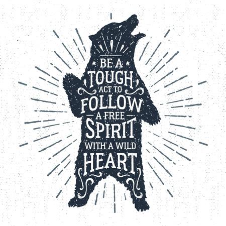 """Dibujado a mano insignia tribal, con textura ilustración de oso pardo y """"Sea un acto difícil de seguir, un verdadero espíritu con un corazón salvaje"""" letras."""
