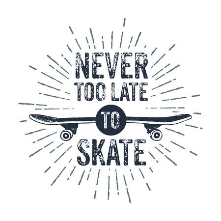 """Hand getrokken 90s thema badge met skateboard getextureerde vectorillustratie en """"Never too late to skate"""" inspirerende belettering."""