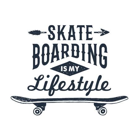 """La insignia temática 90s dibujada mano con el monopatín textured la ilustración del vector y el """"Skateboarding es las letras inspiradas de mi estilo de vida"""". Ilustración de vector"""