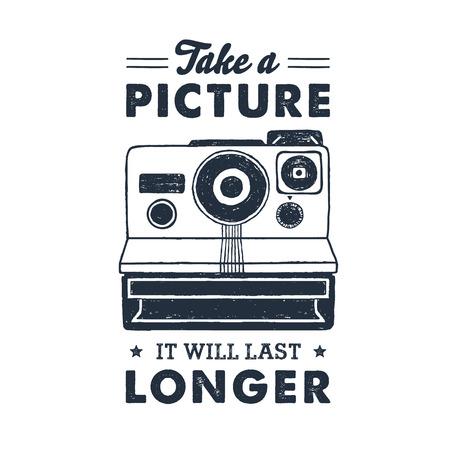 """Hand getrokken 90s thema badge met instant camera getextureerde vectorillustratie en """"Maak een foto, het zal langer duren"""" inspirerende belettering. Stock Illustratie"""