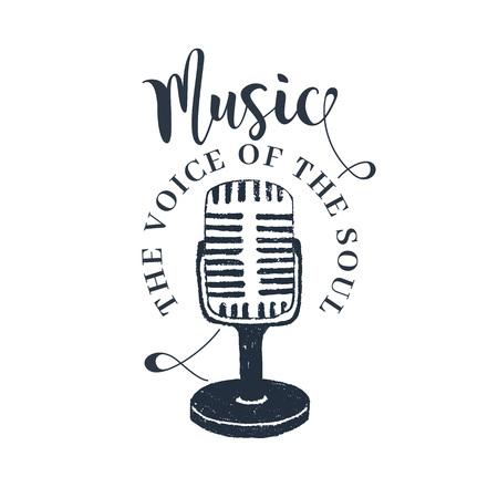 """Hand getrokken jaren 90 thema badge met microfoon vectorillustratie en """"muziek. De stem van de ziel"""" inspirerende belettering. Stock Illustratie"""