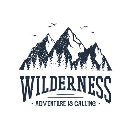 """Hand getekend inspirerende label met bergen en pijnbomen getextureerde vectorillustraties en """"Wildernis. Avontuur roept"""" belettering."""