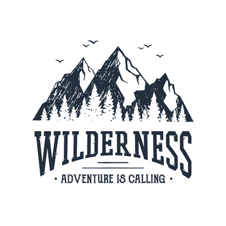 """Mano inspirada etiqueta inspirada con montañas y árboles de pino con textura ilustraciones vectoriales y """"Wilderness. Adventure está llamando"""" letras."""