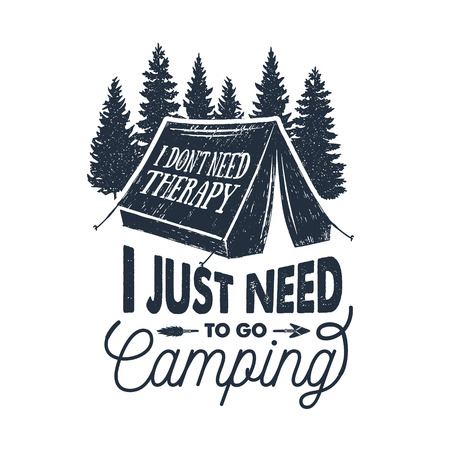 """Mano inspirada etiqueta inspirada con ilustraciones de vector texturizado de tienda de pinos y """"No necesito terapia, solo tengo que ir a acampar"""" letras."""