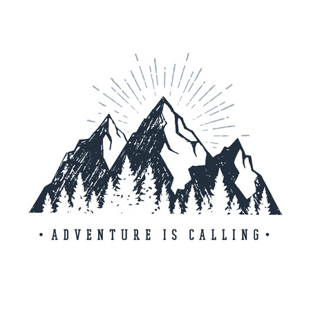 """Hand getekend inspirerende label met bergen en pijnbomen getextureerde vectorillustraties en """"Adventure is calling"""" belettering."""