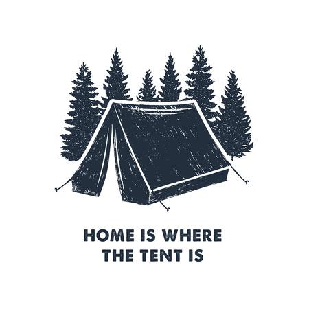 """Mano inspirada etiqueta inspirada con pinos y tienda de campaña con textura ilustraciones de vectores y """"Inicio es donde está la carpa"""" letras. Ilustración de vector"""