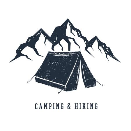 """Hand getekend inspirerende label met bergen en camping tent getextureerde vectorillustraties en """"Camping en wandelen"""" belettering."""