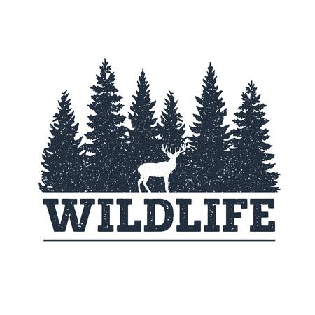 """Hand getekend inspirerend label met pijnbomen en herten getextureerde vectorillustraties en """"Wildlife"""" belettering."""