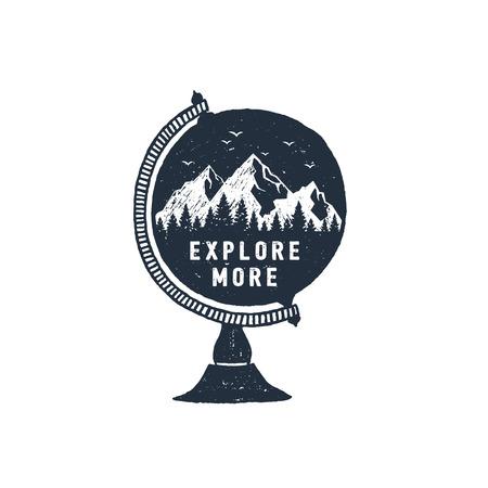 地球テクスチャベクトルイラストと「もっと探検」インスピレーションレタリングで山々と手描きの旅行バッジ。  イラスト・ベクター素材