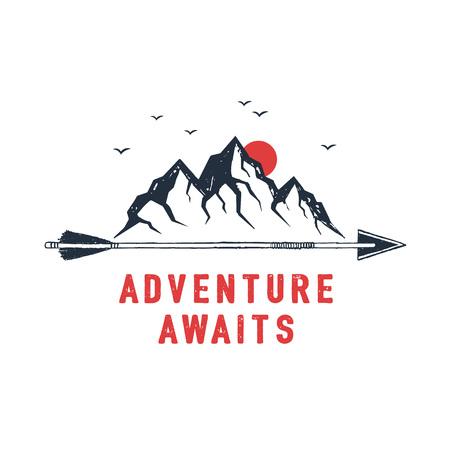 山のテクスチャーベクトルイラストと「アドベンチャーが待っている」インスピレーションレタリングで手描きのトラベルバッジ。