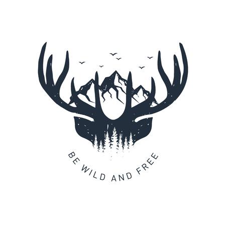 """Insignia de viaje dibujado a mano con astas de ciervo y montañas con textura ilustración vectorial y letras inspiradoras """"Sé salvaje y libre""""."""