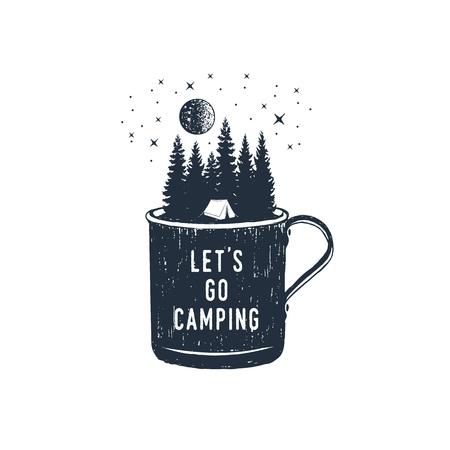 """Insignia de viaje dibujado a mano con abetos en una taza de metal con textura ilustración vectorial y letras inspiradoras """"Vamos a acampar""""."""