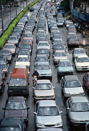 hetzen: Peak-Stunden-Verkehr reihen sich Sto�stange an Sto�stange auf der einen Seite der Autobahn geteilt